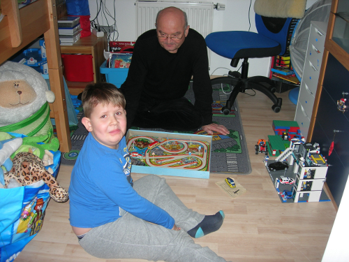 Maurice spielt mit Opa