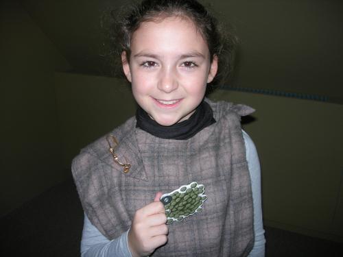 U.a. fanden sich Linsen im Kochtopf der Kelten. Übrigens trägt Vivien eine Nadel zum Feststecken des Gewandes. Die Kelten nannten sie Fibel.