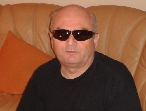 Friedmar mit Brille für Licht- und Windschutz